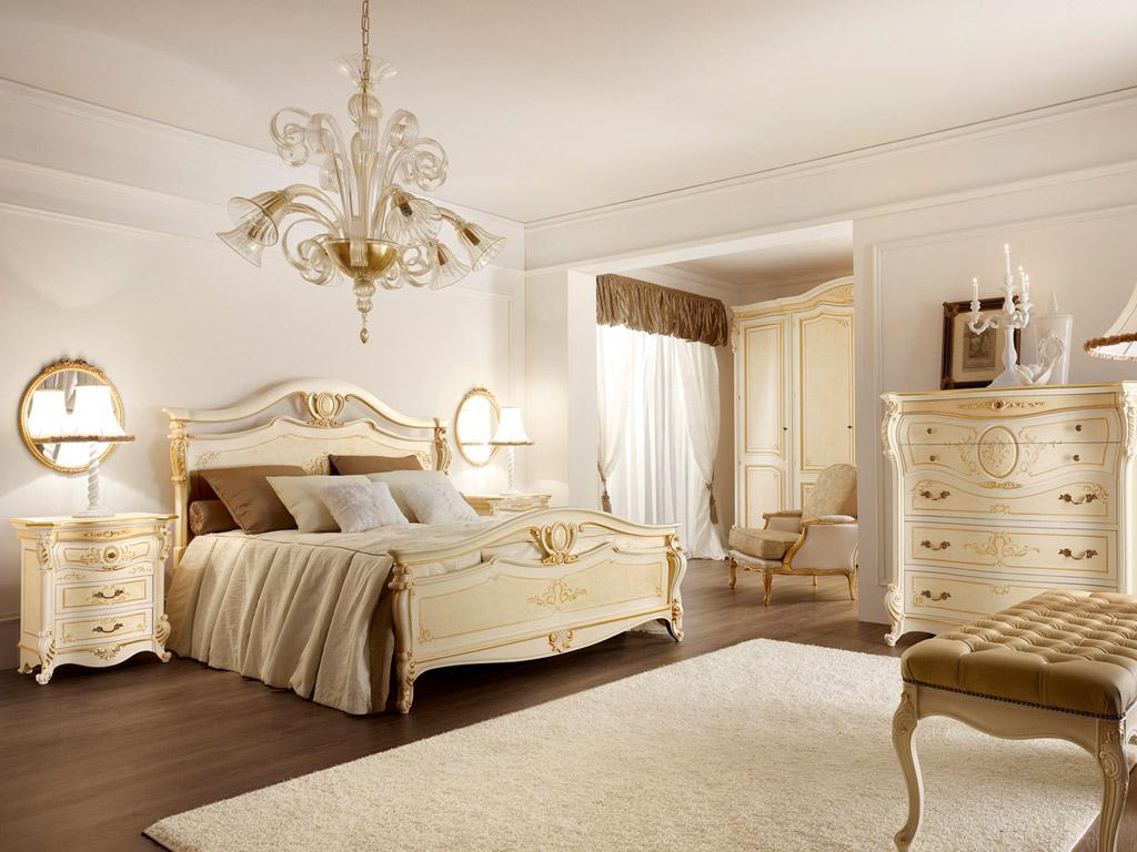Классическая кровать, может иметь массивные ножки, плавные контуры и причудливое декорирование
