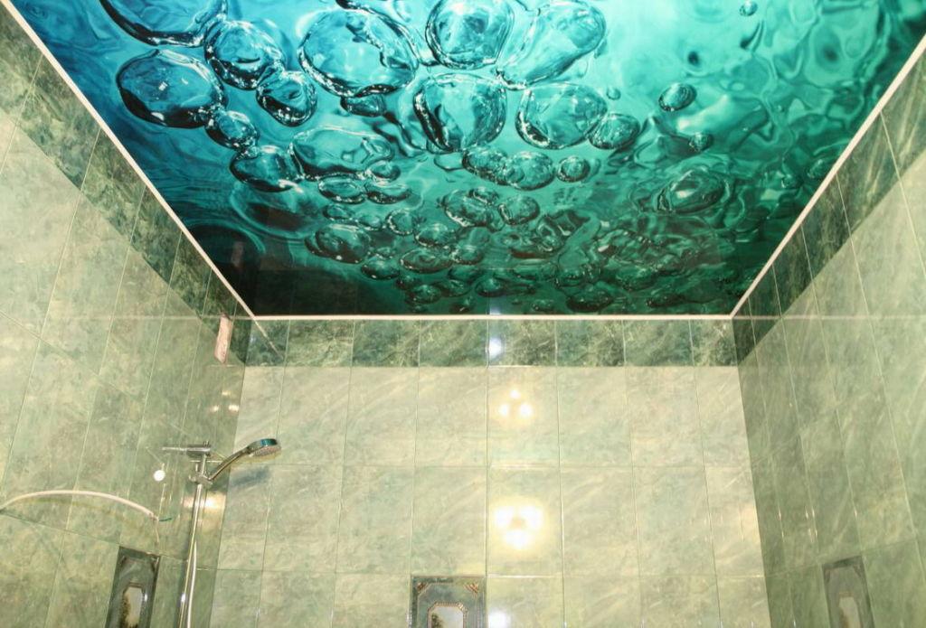 Потолок в ванной с фотопечатью лазурного цвета