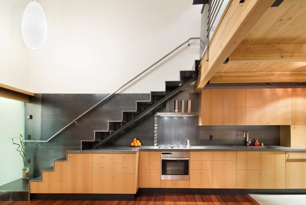 Кухня под лестницей в деревянном доме