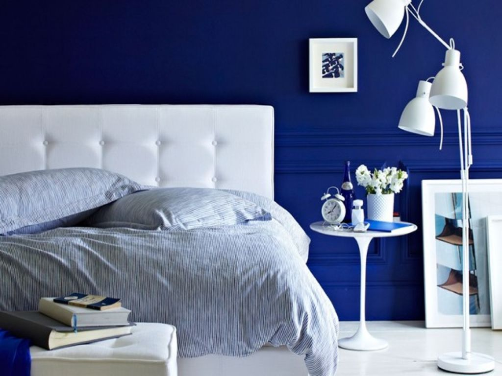 Помимо люстры на потолке, можно подобрать еще и бра, торшеры и настольные лампы
