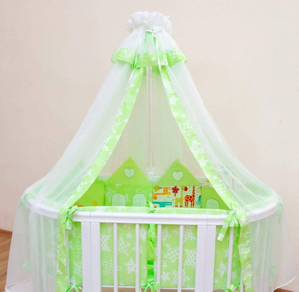 Кроватка-трансформер с оформлением в бело зеленых тонах
