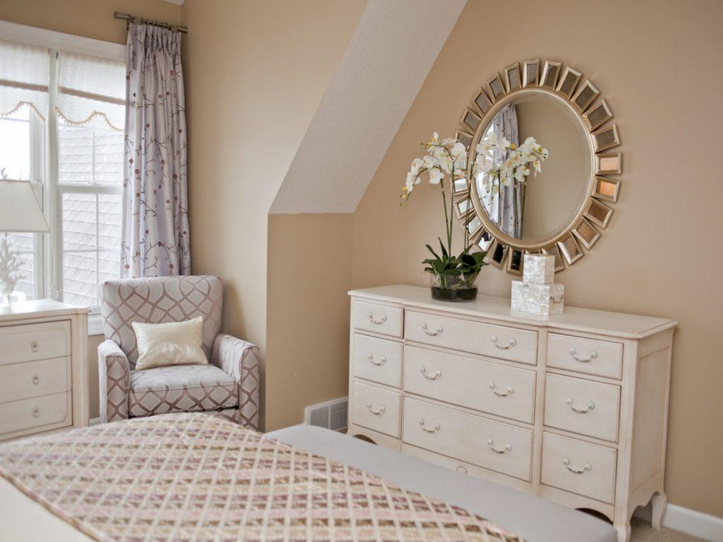 Красивый комод с зеркалом в спальню