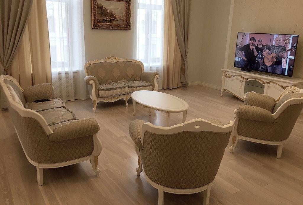 Необходимо правильно скомбинировать шторы, отделку мебели, подушки и диванные покрытия