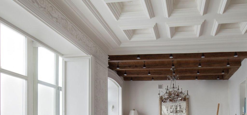 В стиле неоклассика не обойтись без декорирования потолка