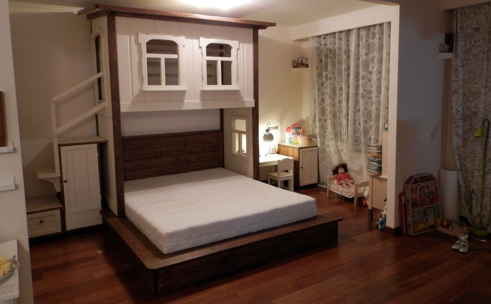Кровать с верхней игровой зоной