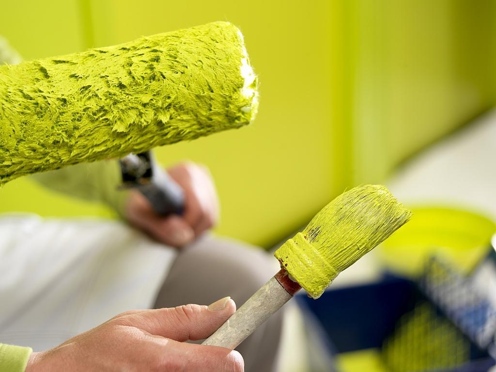Чтобы покрасить потолок в ванной, следует выбирать краску не смывающуюся водой, не боящуюся повышенной влажности и температуры