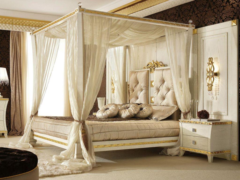 Светлая спальня в стиле барокко с кроватью под балдахином