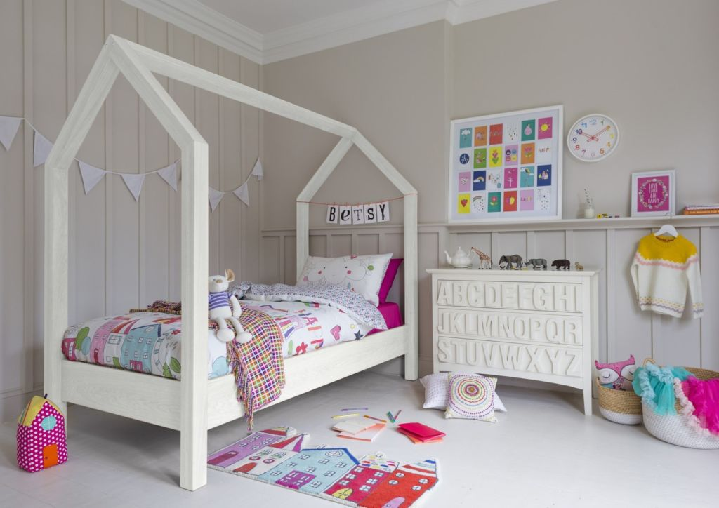 Готовую кровать можно покрасить, украсить наклейками или апликациями