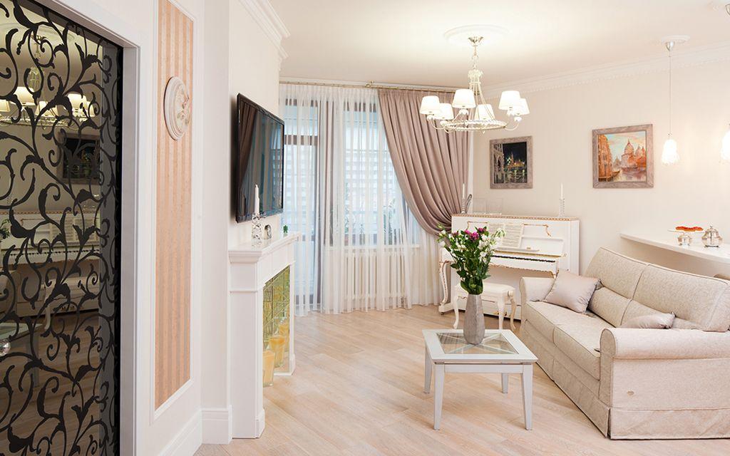 В просторных гостиных окна декорируют плотными шторами и устанавливают яркое освещение