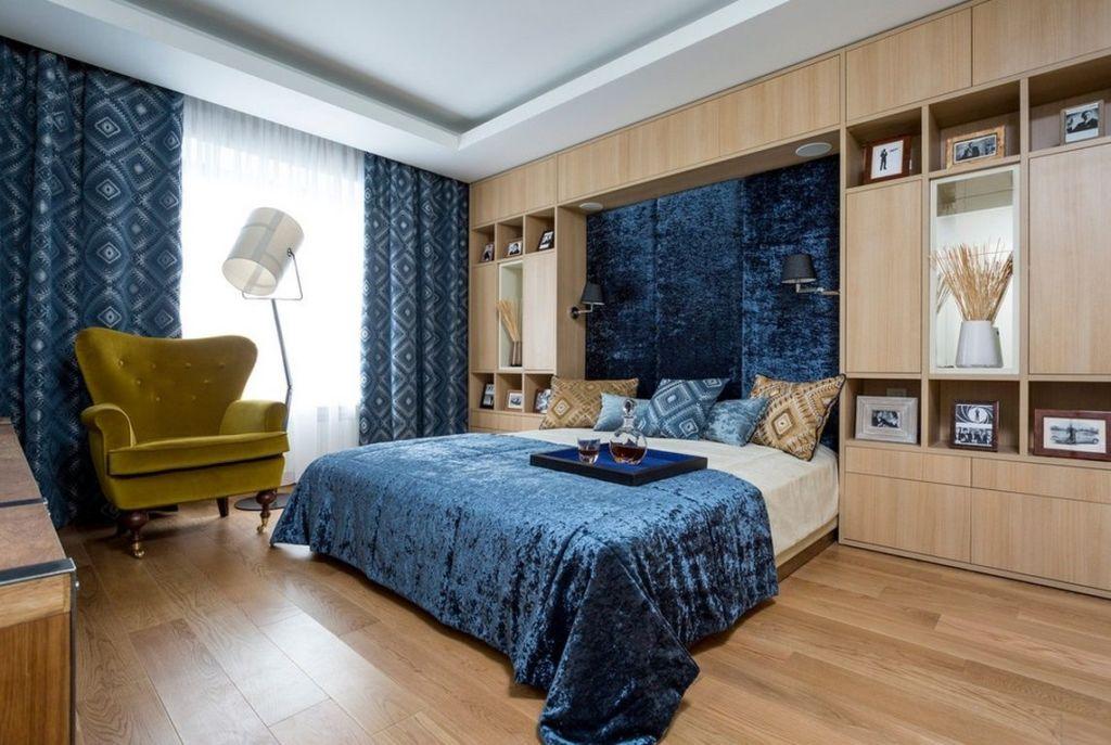 Для спальни в синих тонах очень подойдет пол природного оттенка