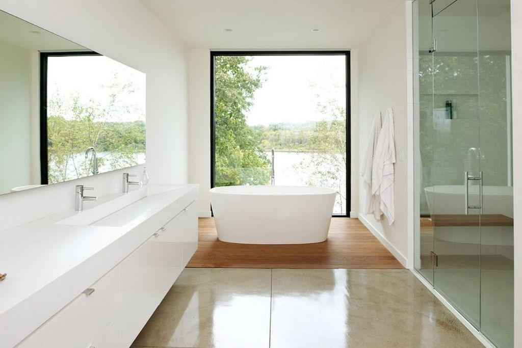Большое панорамное окно эффектно смотрится в просторной ванной комнате