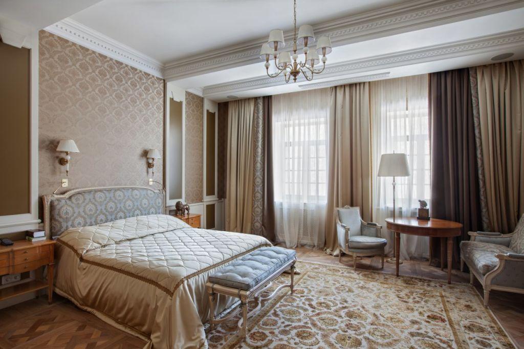 Большая классическая спальня в светло коричневых тонах