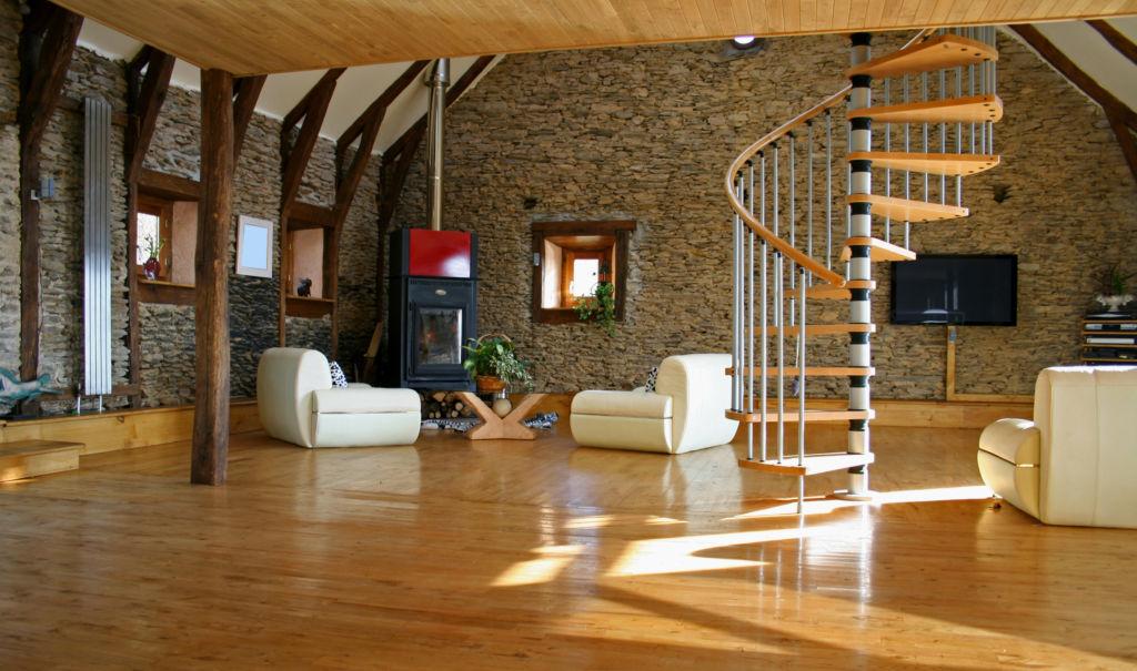 Лестница в центре гостиной