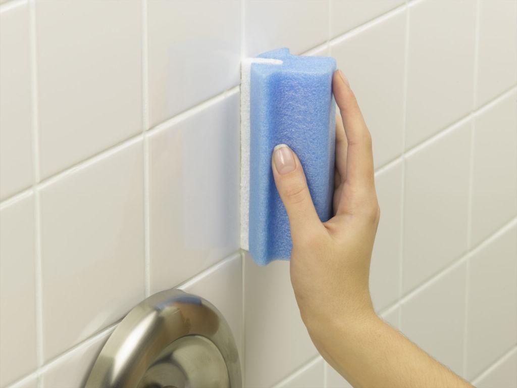 Поверхность в ванной комнате следует мыть 1 раз в неделю