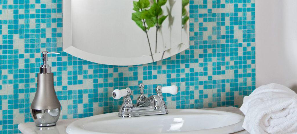 Стеклянную мозаику рекомендуют использовать над раковиной
