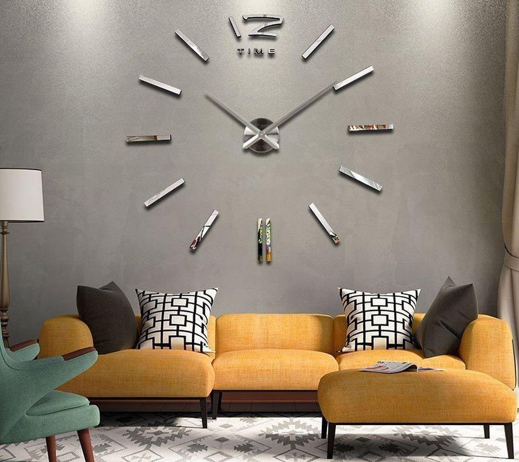Часы большого размера делают гостиную строгой