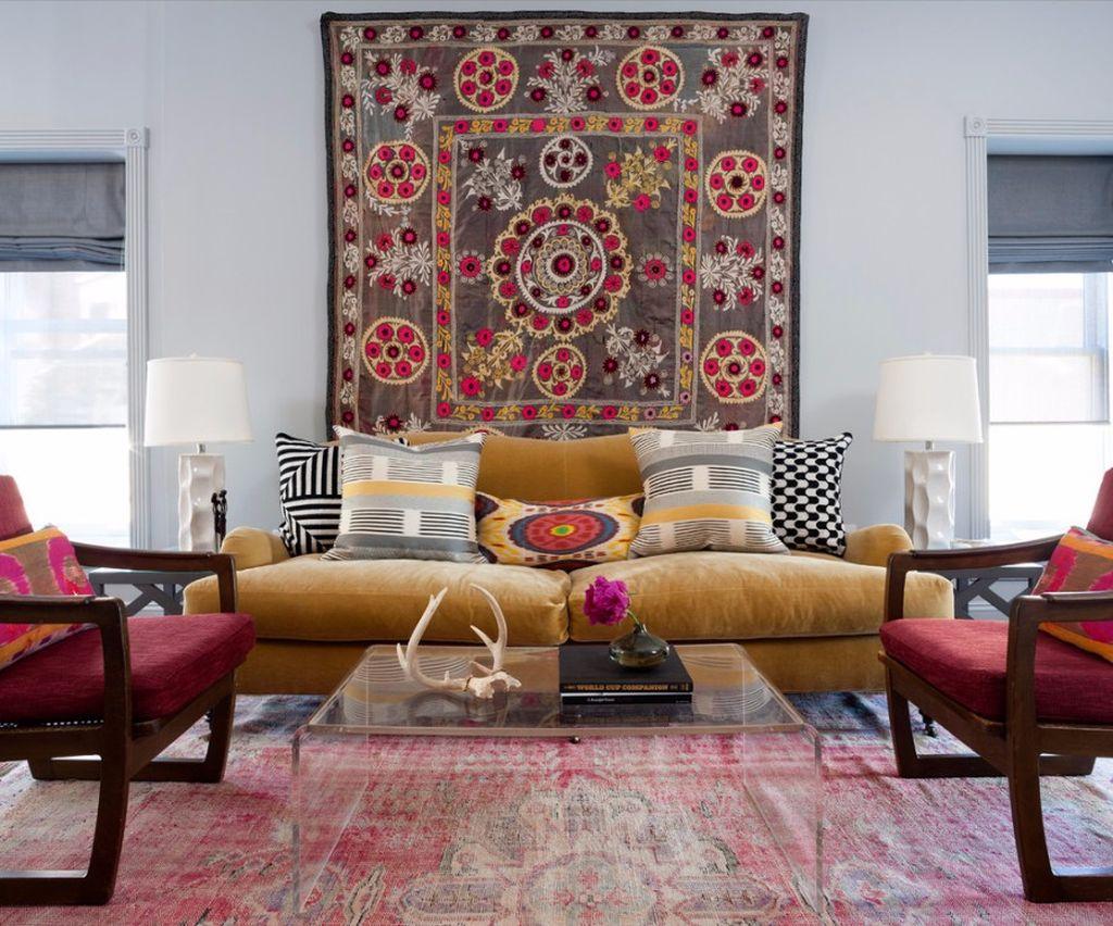 Ковер над диваном является смелым дизайнерским решением