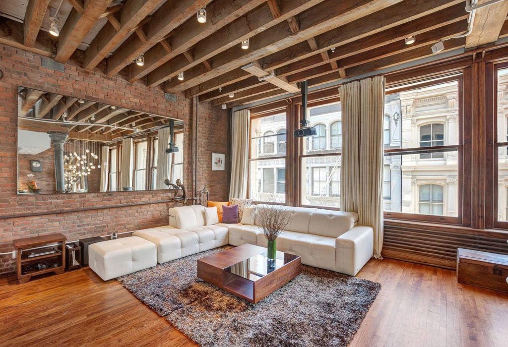Идеальный вариант для стиля - деревянный потолок