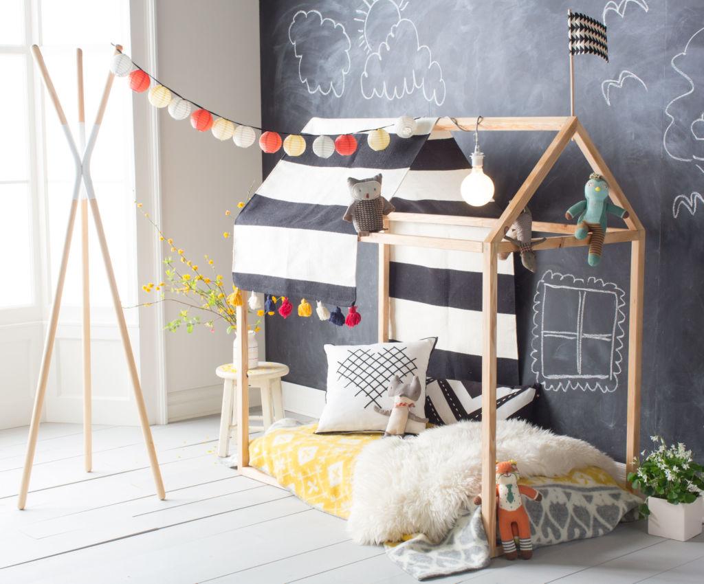 Вместо кровати в домике можно использовать матрас, брошенный на шкуру