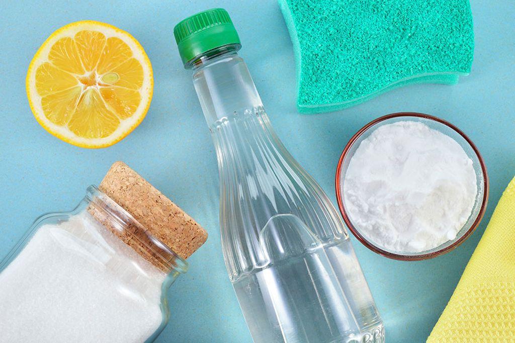 От пятен вина поможет уксус и крупная соль