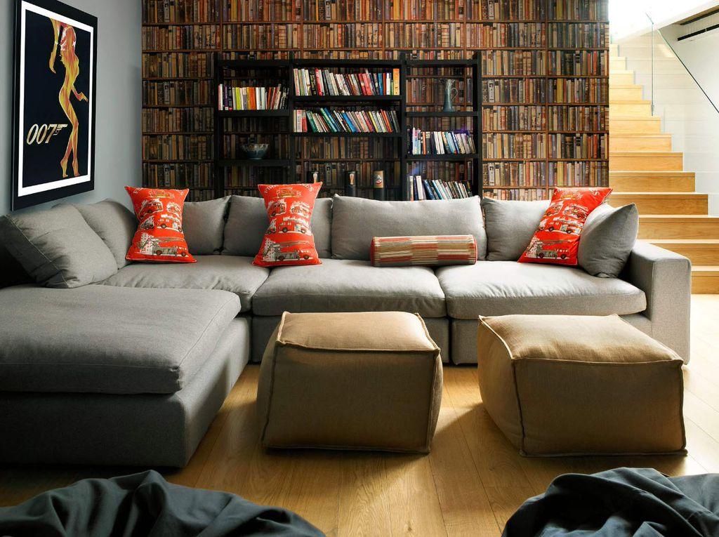 Наиболее популярный способ поставить диван - спиной к стене
