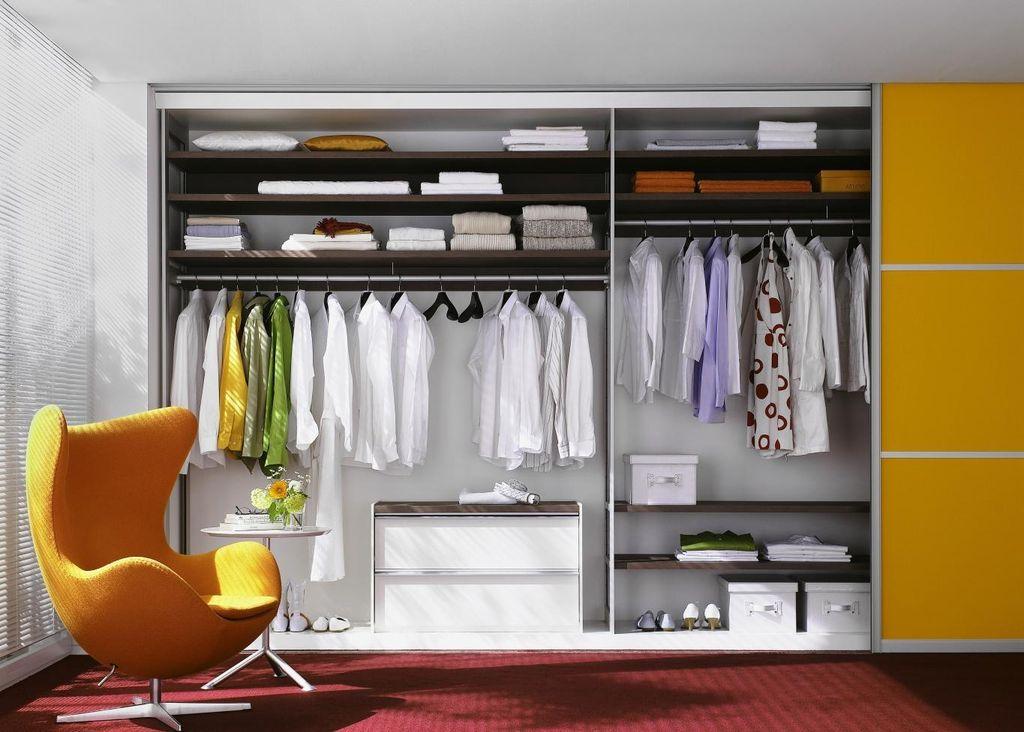 Если обустроить в доме глубокий вариант он может полностью заменить гардеробную