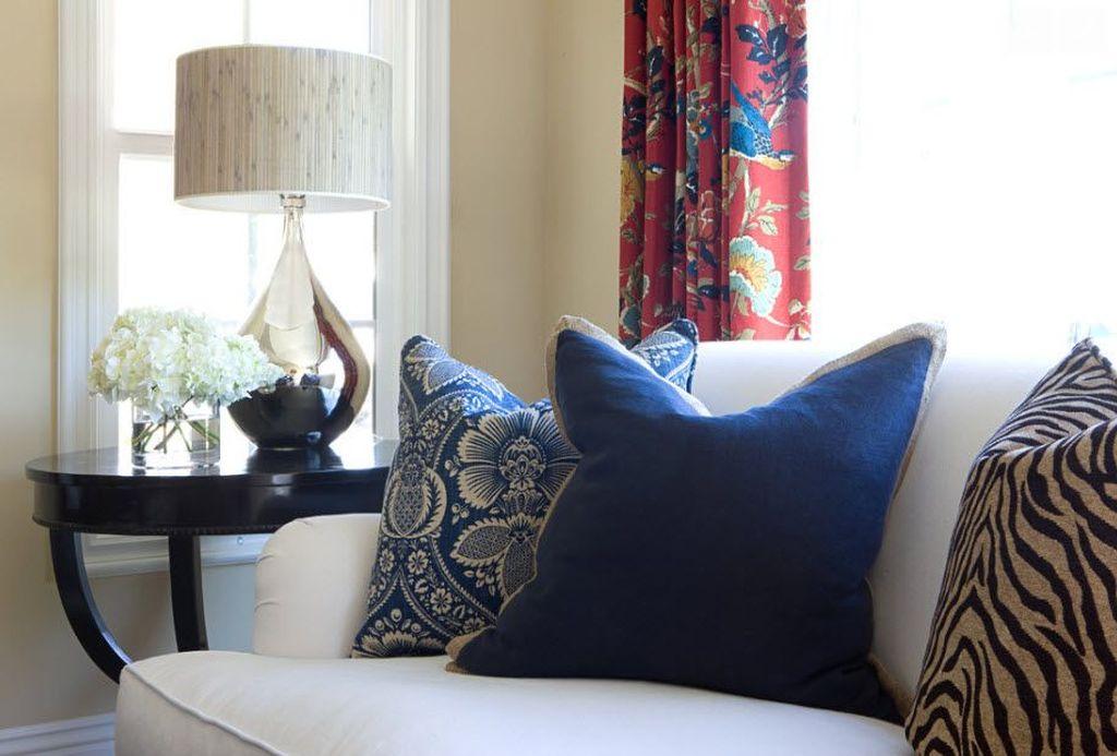 В качестве декора можно использовать подушки
