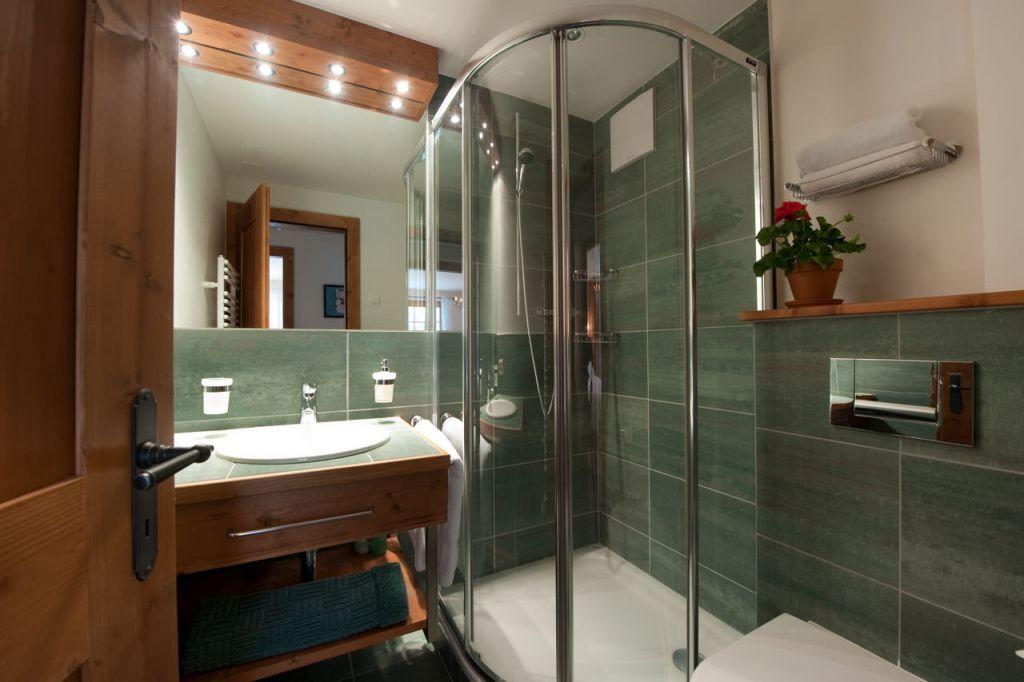 По сравнению с ванной, душевая кабинка компактнее и занимает меньше пространства
