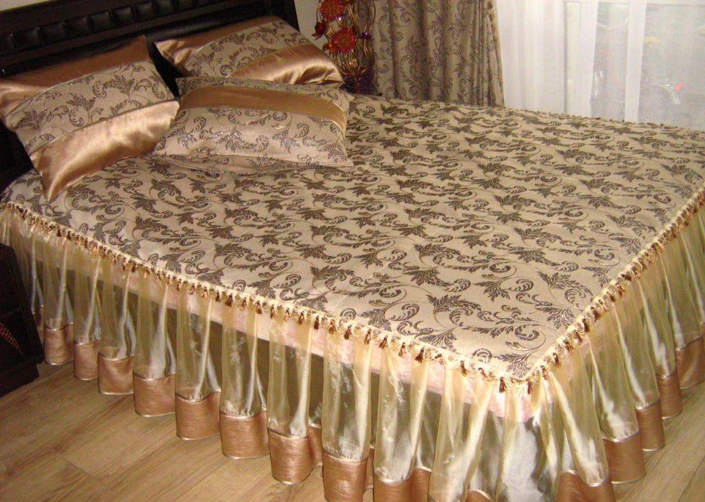 Чтобы обновить интерьер спальни, можно сшить покрывало на кровать