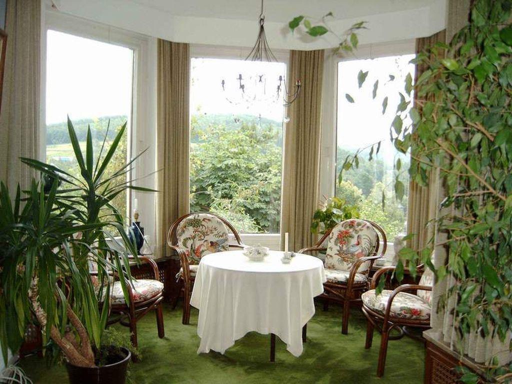 В зимнем саду можно поставить кресла и наслаждаться красотой