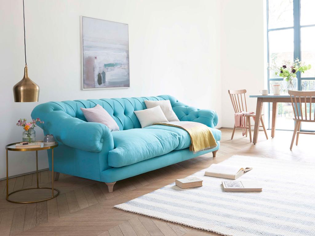 Бирюза в интерьере гостиной насыщает воздушное пространство бесконечностью, наполняет легкостью и чистотой