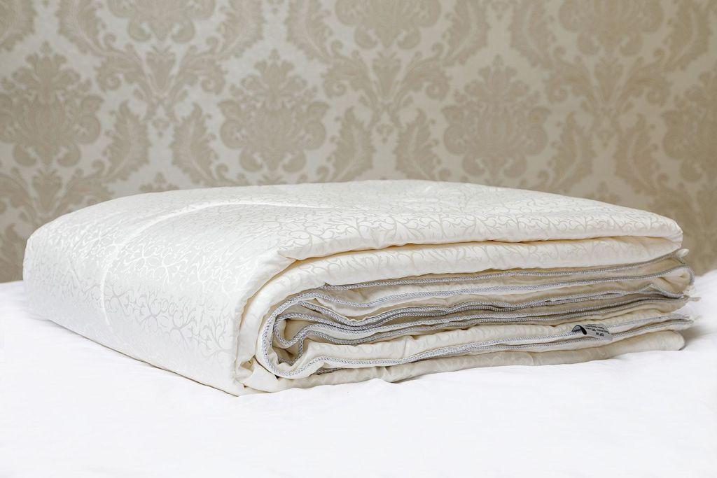 Шелковые одеяла ценятся за хорошую терморегуляцию, благотворное влияние на организм