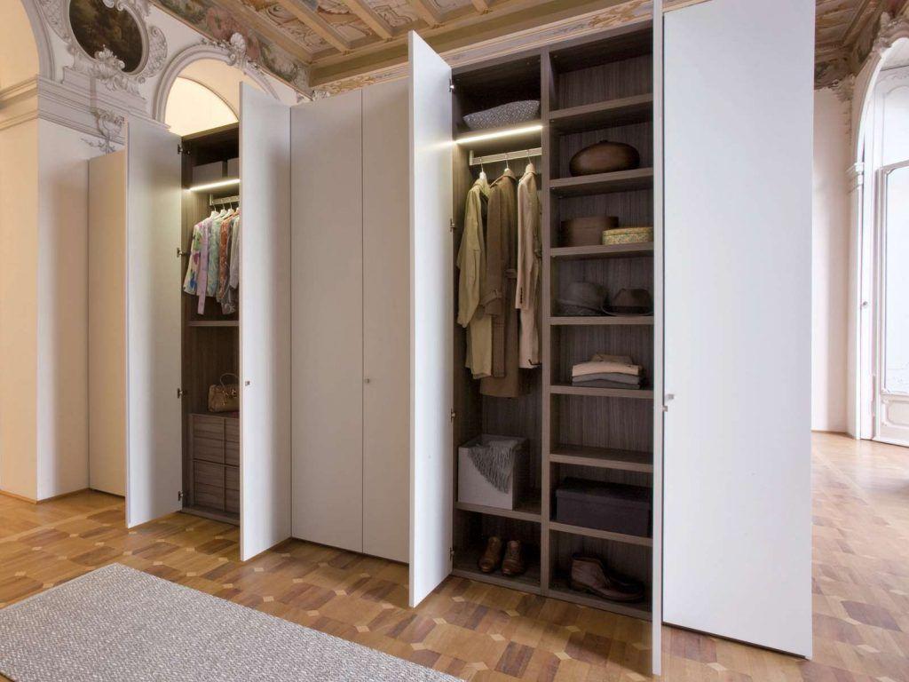 Размер гардеробной закрытого типа зависит от наличия свободного места в помещении