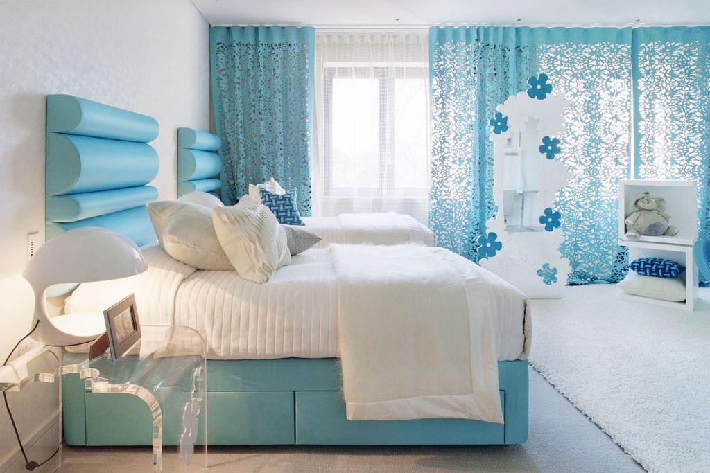 При сочетании голубого и белого цветов спальня будет выглядеть очень свежо