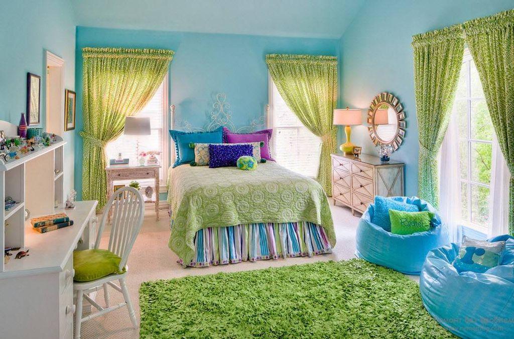 Зеленый цвет добавит нотку яркости и веселья голубой спальне