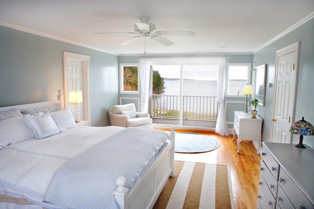 В голубом дизайне импонирует мебель из натурального дерева