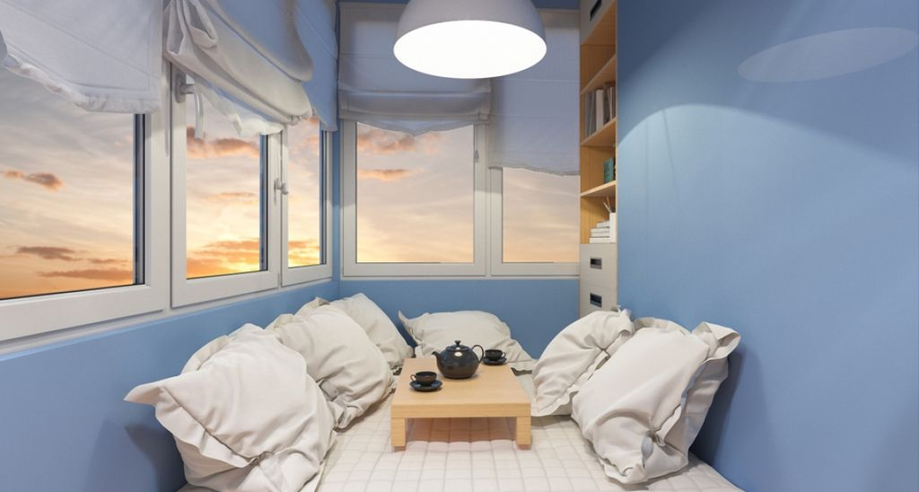Утеплённый балкон подойдёт для оборудования на нём мини-кабинета или приватной лаунж-зоны