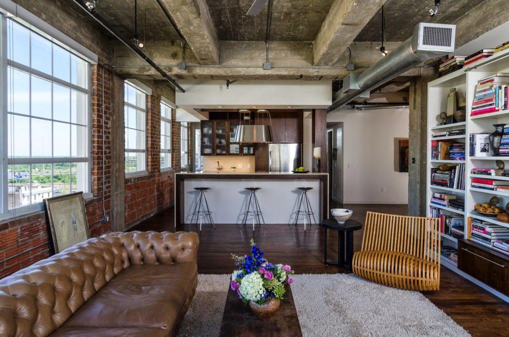 Часто в лофт квартирах все комнаты объеденены в одну и разграничены на разные зоны