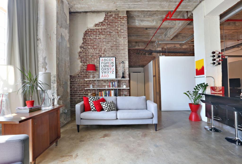 Вариант стиля с бетонной и кирпичной стеной