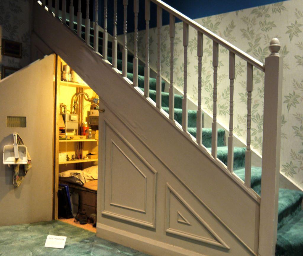 Пространство под лестницей можно использовать под кладовую