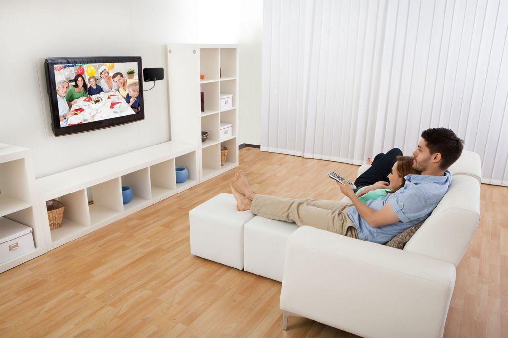 В среднем для удобной эксплуатации телевизор необходимо поместить на расстояние одного метра от пола