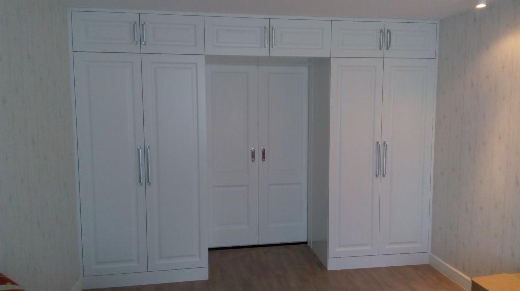 Как разместить встроенный шкаф с распашными дверями в нише
