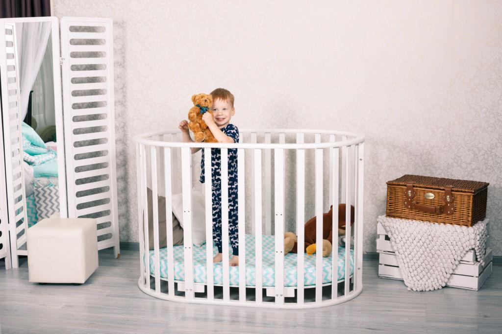 У детской кроватки-трансформера пять в одном есть возможность превратить спальную зону в игровую
