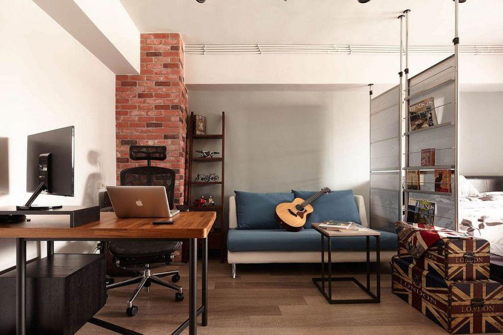 Белоснежный потолок контрастирует с кирпичной стеной