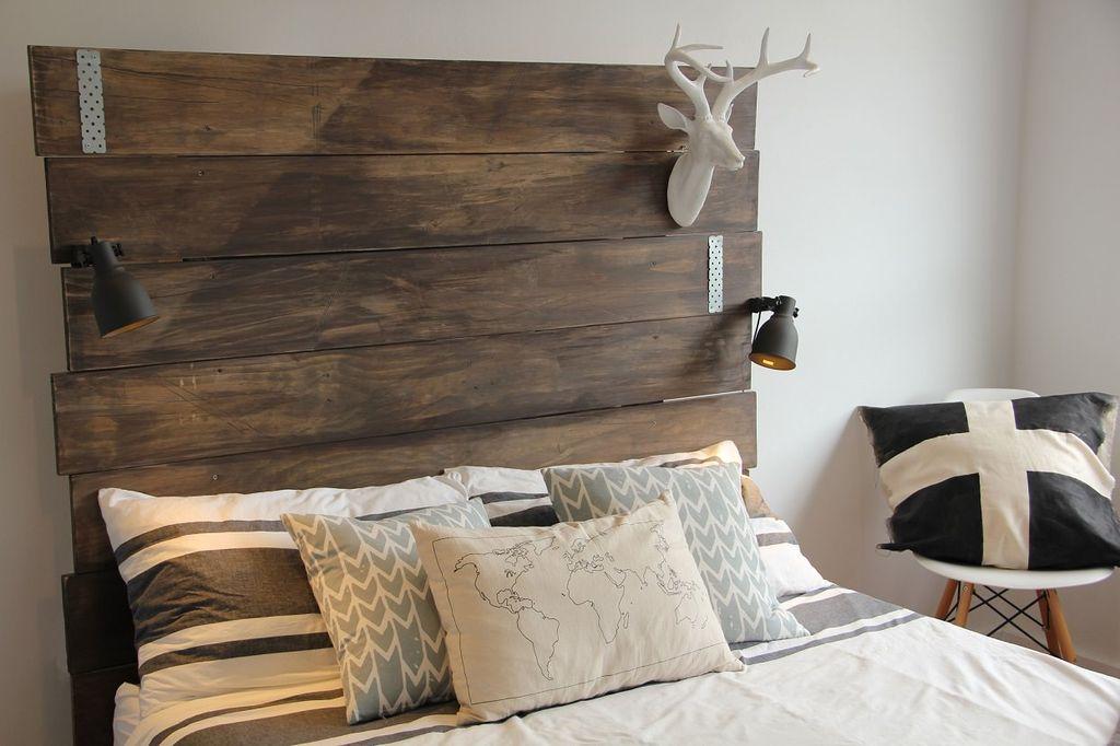 Для спален в стиле кантри подойдут кроватные спинки из дерева