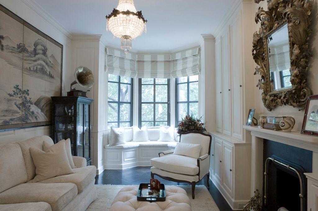 Интерьер гостиной с эркерным окном