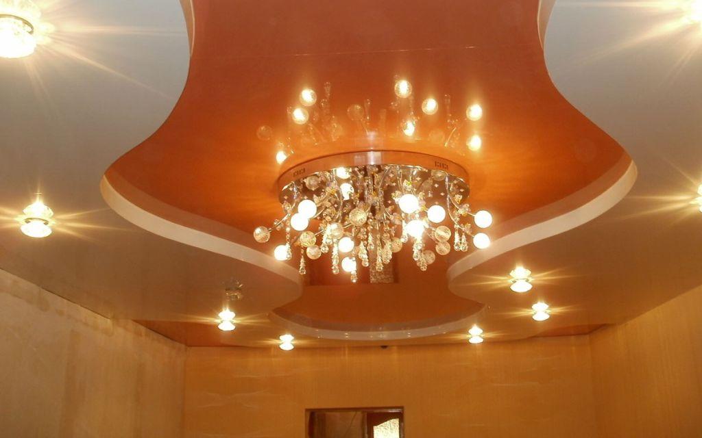 Основным источником света в прихожей может стать потолочная люстра