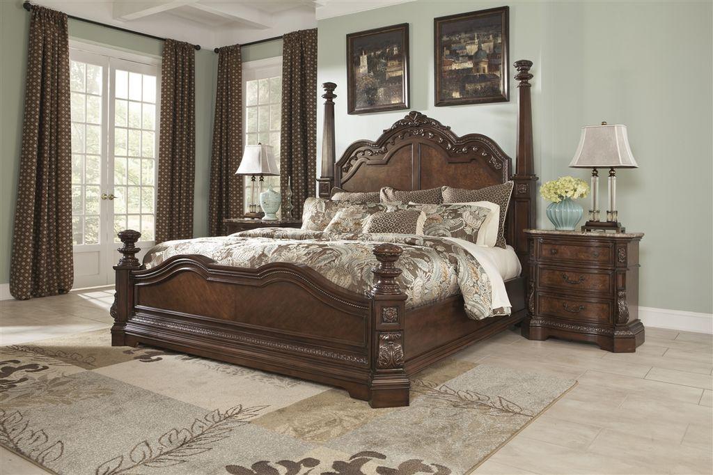 Ложе с большим фигурным изголовьем выглядит по-королевски в классических стилях оформления комнаты