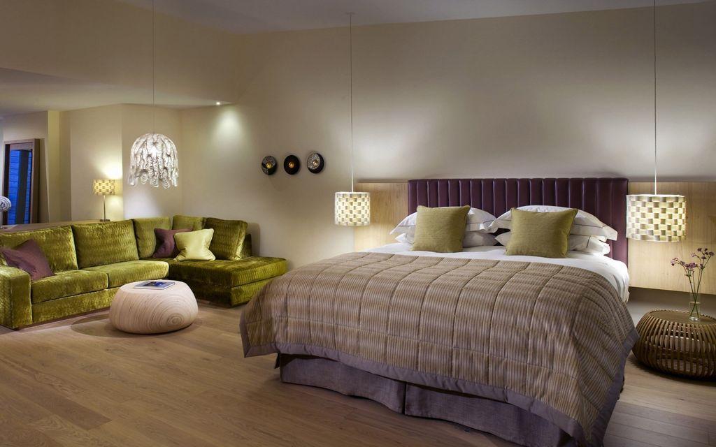 Главное условие для размещения большой кровати – просторная комната