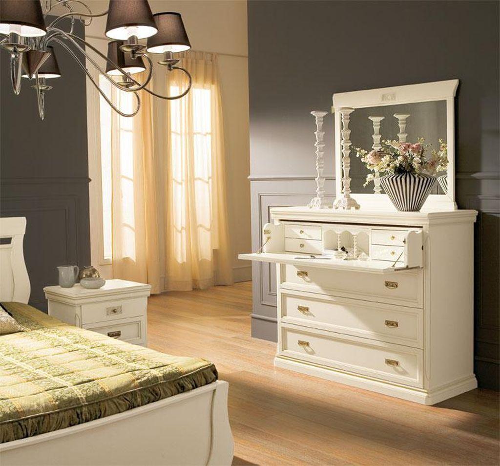 Комод с зеркалом может быть контрастным пятном в дизайне спальни